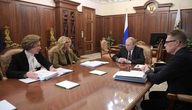 Ο Ρώσος πρόεδρος Βλαντιμίρ Πούτιν,  προεδρεύει σε συνάντηση για την πρόληψη της διάδοσης κοροναϊού στη Μόσχα