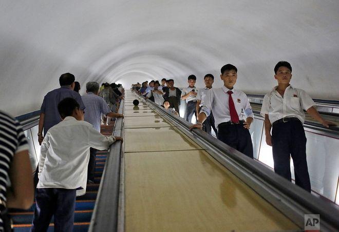 Εργαζόμενοι σε σταθμό του μετρό της Πιονγιανγκ