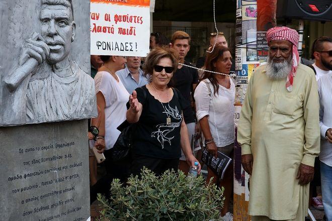 Δέος και σεβασμός: Ο πατέ�ας του Λουκμάν στο μνημείο του Πα�λου Φ�σσα