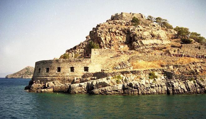 Φωτογραφία από τα τείχη της Σπιναλόγκα. Το νησάκι με την βαριά ιστορία αναμένεται να ενταχθεί στα μνημεία πολιτισμικής κληρονομιάς της UNESCO