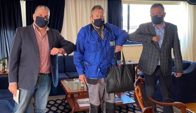 Εργαζόμενος του Δήμου Ζωγράφου λαμβάνει τα συγχαρητήρια του Δημάρχου και τον αντιδήμαρχο καθαριότητας, Δήμο Μπουλούκο