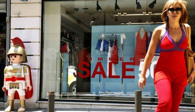 Στιγμιότυπο απο την Ερμού όπου ξεκίνησαν οι εκπτώσεις στα καταστήματα,σήμερα 15 Ιουλίου 2009  (EUROKINISSI / ΧΑΣΙΑΛΗΣ ΒΑΪΟΣ)