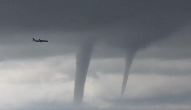 Βίντεο: Αεροπλάνο περνά ανάμεσα από τρεις ανεμοστρόβιλους