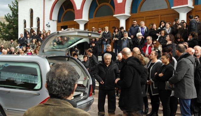 Πολύνεκρο τροχαίο: Θρήνος στις κηδείες της 33χρονης μητέρας και του παιδιού της