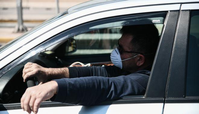 Οδηγός ΙΧ με μάσκα.
