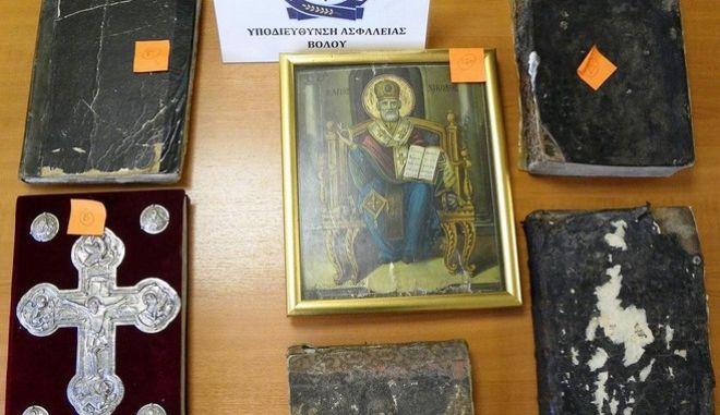 Συνελήφθη 33χρονος που έκρυβε στην αποθήκη του λείψανα Αγίων και ιερά κειμήλια