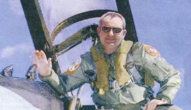 Ο ψευτογιατρός ως πιλότος σε μαχητικό