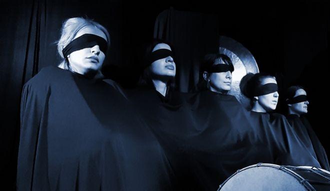 """Η Κοινότητα Τέχνης Ηχοποιοί παρουσιάζει στο Ανοιχτό Θέατρο του Κολωνού για μία μοναδική παράσταση το έργο """"Κρουστών Χρησμός για τον Οιδίποδα"""" τη Δευτέρα 7 Σεπτεμβρίου."""