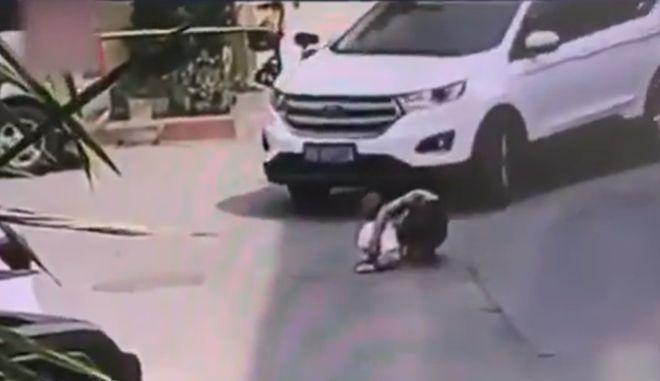 Κίνα: Παππούς με τον εγγονό του συγκρούστηκαν με όχημα SUV