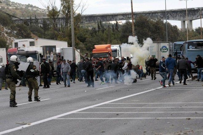 Επεισόδια μεταξύ αγροτών και αστυνομικών των ΜΑΤ στο Δαφνί την Παρασκευή 12 Φεβρουαρίου 2016. (EUROKINISSI/ΣΤΕΛΙΟΣ ΣΤΕΦΑΝΟΥ)
