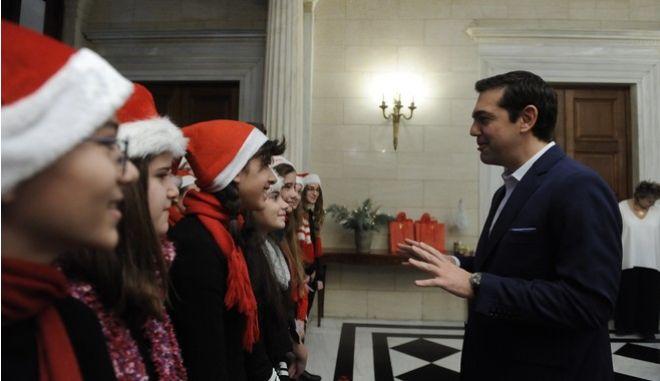 Τσίπρας σε μαθητές: Jingle Bells, αυτά είναι του ευρώ... Θέλω παραδοσιακά κάλαντα