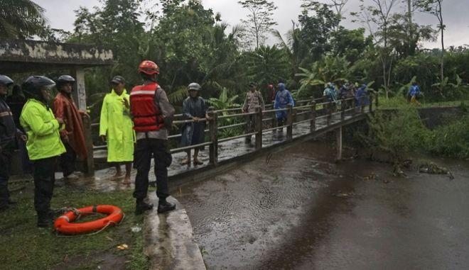 Διασώστες στην Ινδονησία