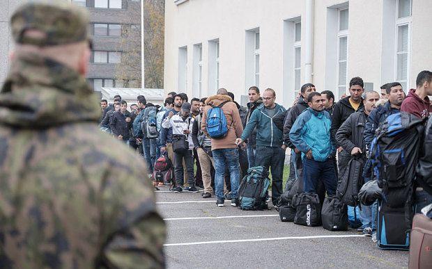 Φινλανδοί διαδηλωτές  επιτέθηκαν με πέτρες και κροτίδες σε πρόσφυγες