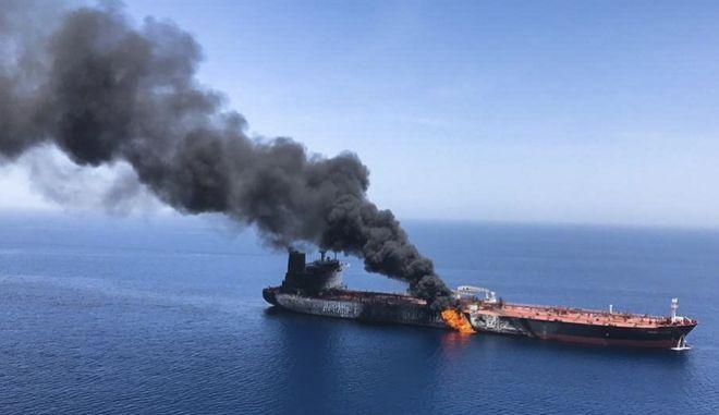 Φλεγόμενο τάνκερ στον Κόλπο του Ομάν