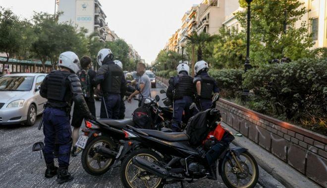 Ο κωμικός Αλέξανδρος Τιτκώβ και ο μουσικός Θανάσης Λάλος, οι δύο εκ των τριών συλληφθέντων της Τετάρτης μετά την συγκέντρωση στην πλατεία Βικτωρίας υπέρ των προσφύγων