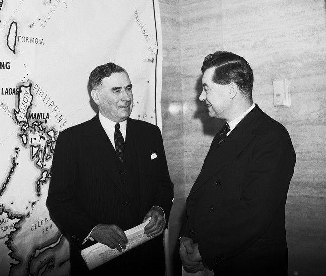 O Sir Keith Murdoch, αριστερά με τον εκπρόσωπο Τύπου του υπουργείου πληροφοριών της Βρετανίας, στο Λονδίνο, στις 20/11 του 1941.