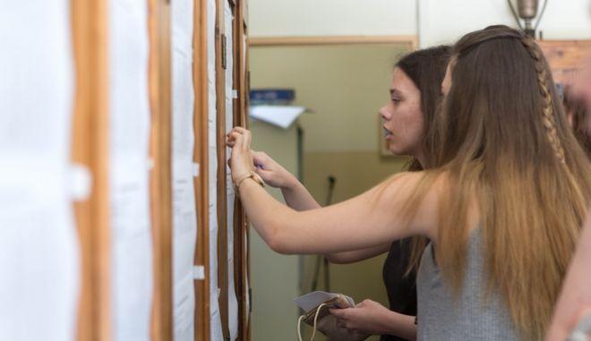 Μαθήτριες κοιτάζουν την βαθμολογία σε Λύκειο