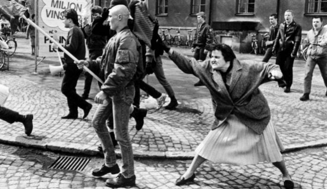 Μία εικόνα 1000 λέξεις: Η γυναίκα που χτυπάει νεοναζί