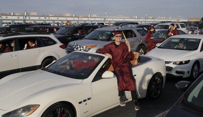 Λας Βέγκας: Σχολείο έκανε drive-thru αποφοίτηση σε πίστα μηχανοκίνητου αθλητισμού