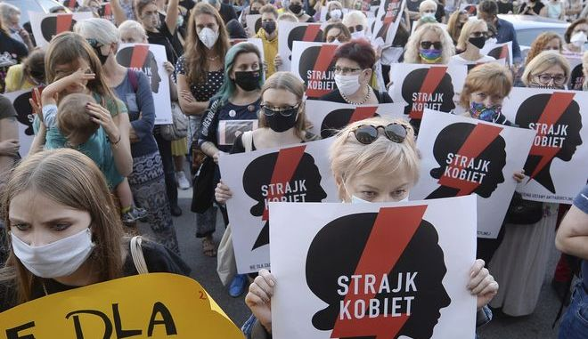 Γυναίκες διαδηλώνουν στην Πολωνία