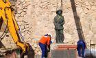 Ιστορική μέρα για την Ισπανία: Αποκαθηλώθηκε το τελευταίο άγαλμα του δικτάτορα Φράνκο