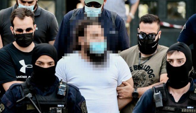 Ο 37χρονος καθαιρεθείς ιερεάς, εξέρχεται με συνοδεία αστυνομικών από τον Εισαγγελέα