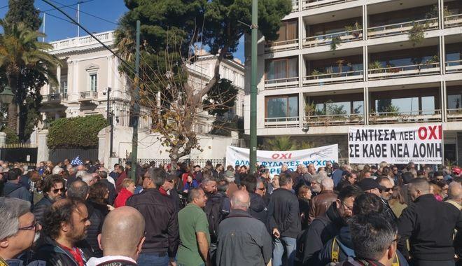Έξω από το Υπουργείο Εσωτερικών νησιώτες του Βορείου Αιγαίου