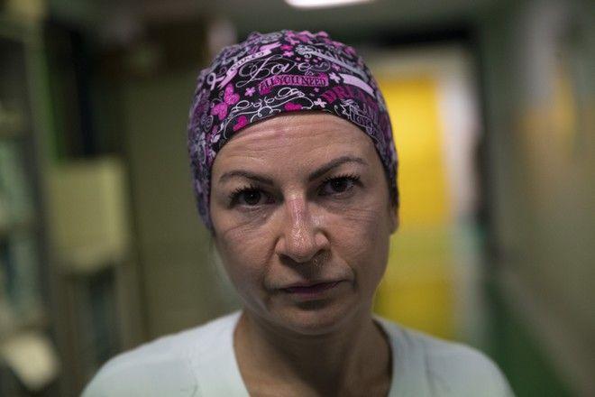 H Glenda Grossi αποκαλύπτει το πρόσωπο της, στο τέλος της βάρδιας.