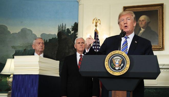 Ο υπουργός Άμυνας των ΗΠΑ Τζιμ Μάτις, ο αντιπρόεδρος Μάικ Πενς και ο πρόεδρος Ντόναλντ Τραμπ