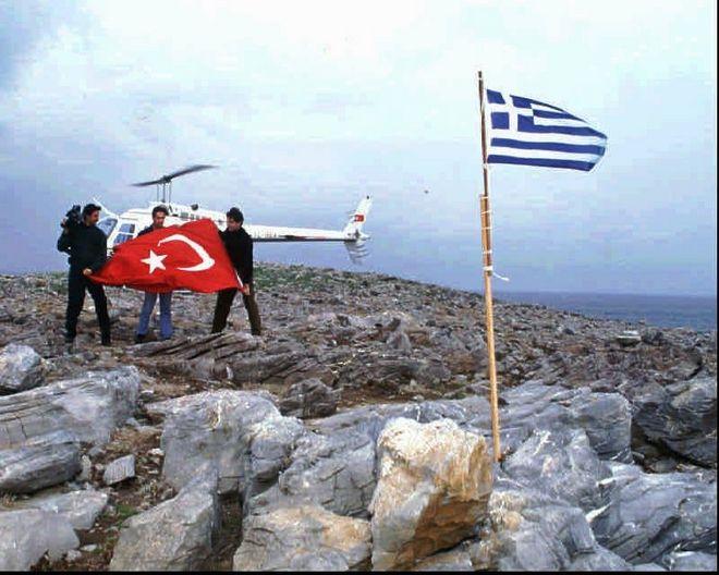 Ο ανταποκριτής της Hurriyet Cesur Sert, ο καμεραμάν Osman Korkmaz, ο πιλότος Kemal Suler, βγάζουν την τουρκική σημαία στα Ίμια