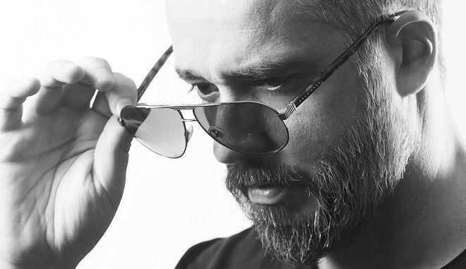 """Hi Profile: Το ωραίο στην Ελλάδα είναι πως ο """"νέος"""" χορεύει το ίδιο τραγούδι με τον 70χρονο"""