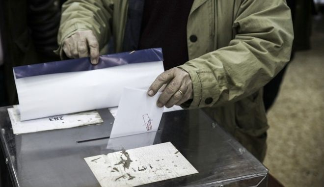 Second round of the internal party elections for New Democracy Party leader between the two candidates Evangelos Meimarakis ans Kyriakos Mitsotakis, in Athens, on January 10, 2016. /                    ,  ,  10  2016
