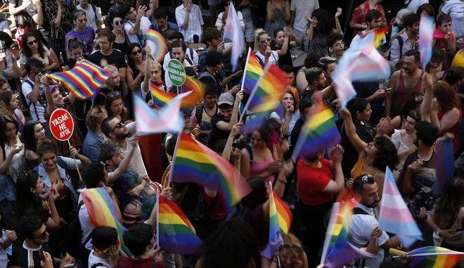 Δακρυγόνα και πλαστικές σφαίρες στο απαγορευμένο Gay Pride της Κωνσταντινούπολης