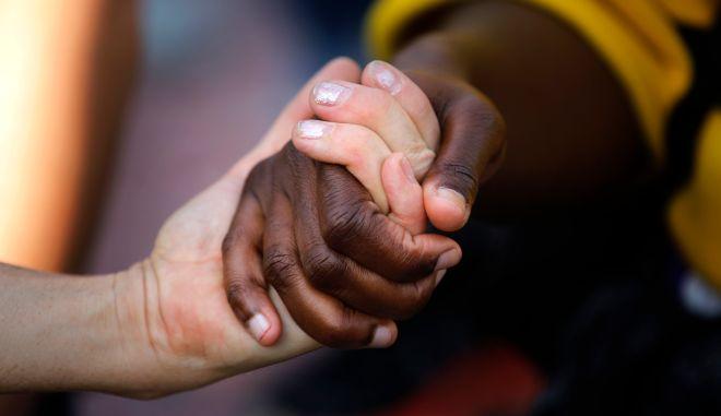 Άνθρωποι δίνουν τα χέρια τους σε διαμαρτυρία στην Ισπανία