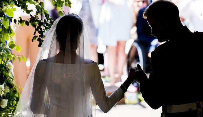 Ο πρίγκιπας Χάρι και η Μέγκαν Μαρκλ εξέρχονται του ναού του Αγίου Γεωργίου στο Γουίνσδορ της Βρετανίας. Ο βασιλικός γάμος έχει μόλις ολοκληρωθεί