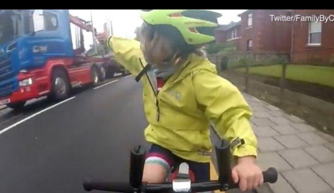 """Η τρισχαριτωμένη Ρόντα έγινε """"μασκότ"""" για όλους τους ποδηλάτες"""
