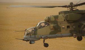 Ρωσικό στρατιωτικό ελικόπτερα πετά πάνω από έρημο στη συριακή επαρχία Deir es-Zor