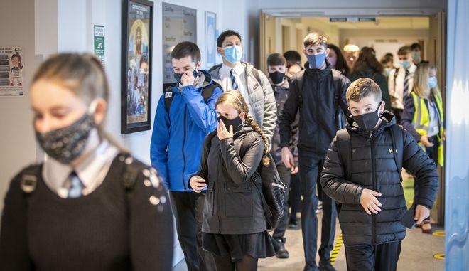 Νεαρά παιδιά στη Βρετανία με μάσκες