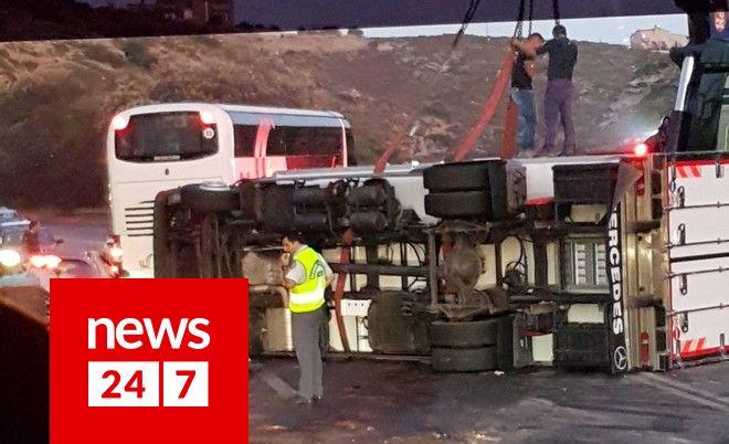 Κρήτη: Νταλίκα αναποδογύρισε στην Εθνική Οδό μετά από σύγκρουση με ΙΧ