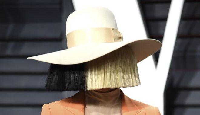 Η Sia σε εκδήλωση στο Μπέβερλι Χιλς τον Φεβρουάριο του 2017