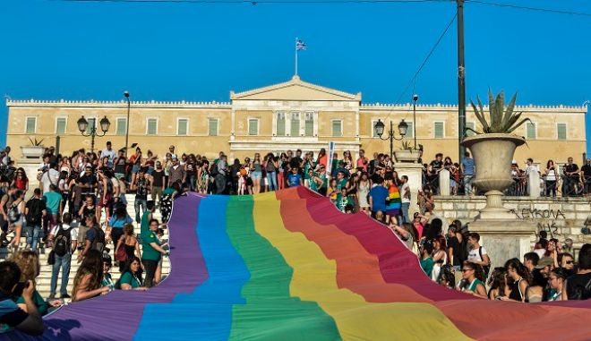"""Athens Pride ή Φεστιβάλ Υπερηφάνειας της Αθήνας 2017 στην πλατεία Συντάγματος το Σάββατο 10 Ιουνίου 2017. Το Φεστιβάλ με κεντρικό σύνθημα """"Θέμα Παιδείας"""" επιχειρεί να αναδείξει τη σημασία των ζητημάτων που αντιμετωπίζει η LGBTQI κοινότητα."""
