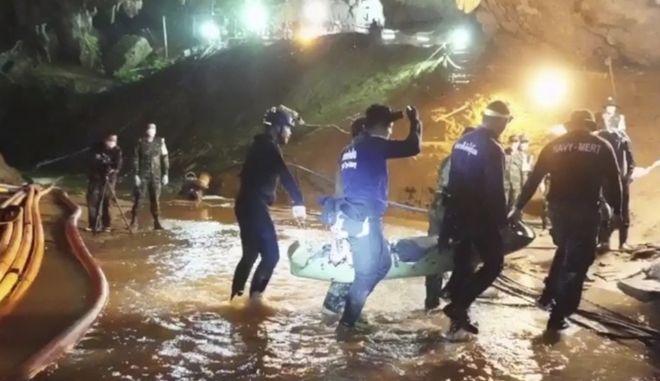 Διασώστες στην Ταϊλάνδη μεταφέρουν ένα από τα 12 παιδιά εκτός σπηλαίου