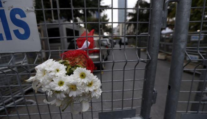 Λουλούδια έξω από την πρεσβεία της Σαουδικής Αραβίας στην Κωνσταντινούπολη για τον Κασόγκι