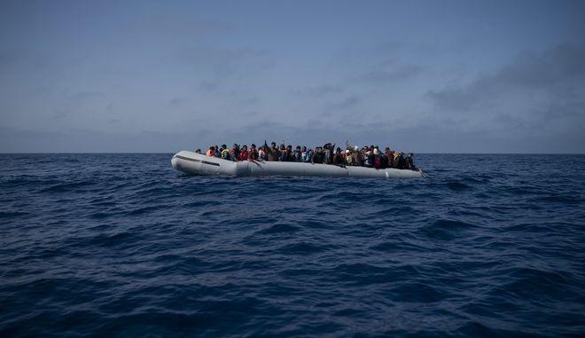 Πρόσφυγες και μετανάστες σε βάρκα ανοιχτά της Λιβύης