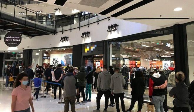 Θεσσαλονίκη: Ουρά χωρίς αποστάσεις σε εμπορικό κέντρο λίγο πριν το lockdown