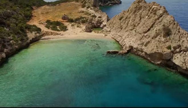 """Η κρυφή παραλία της Στέρνας στο Λουτράκι θυμίζει τη """"Γαλάζια Λίμνη"""""""