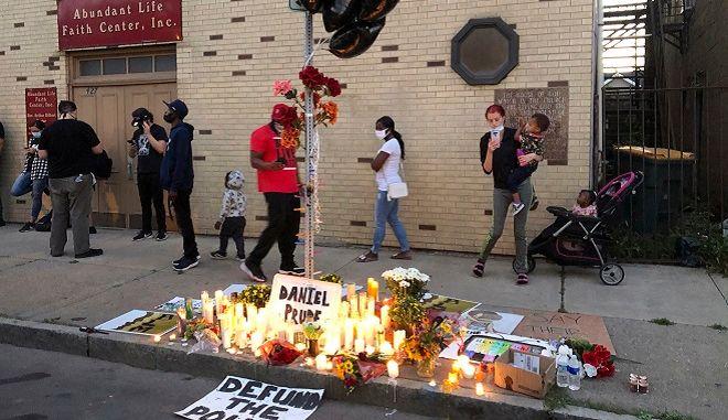 Κάτοικοι του Ρότσεστερ αφήνουν λουλούδια στη μνήμη του Ντάνιελ Προυντ