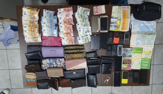 Τα αφαιρεθέντα αντικείμενα, πορτοφόλια και τσάντες, απορρίπτονταν περιμετρικά του σταθμού του Μετρό, ενώ τα χρήματα που αφαιρούσαν από τις κλοπές, κατέληγαν στο μεγαλύτερο ποσοστό τους στα αρχηγικά μέλη