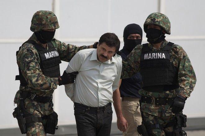Ο Μεξικανός βαρόνος ναρκωτικών Ελ Τσάπο τον Φεβρουάριο του 2014 μετά τη σύλληψή του σε θέρετρο στην πατρίδα του