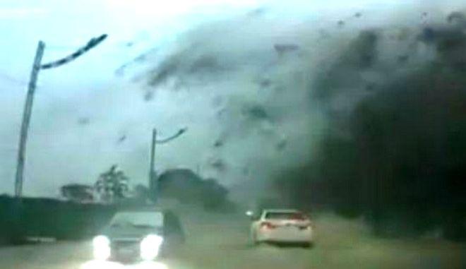 """Βίντεο: Απίστευτη κατολίσθηση σε αυτοκινητόδρομο στην Ταΐβάν - Τους """"έξυσε"""" ο βράχος"""